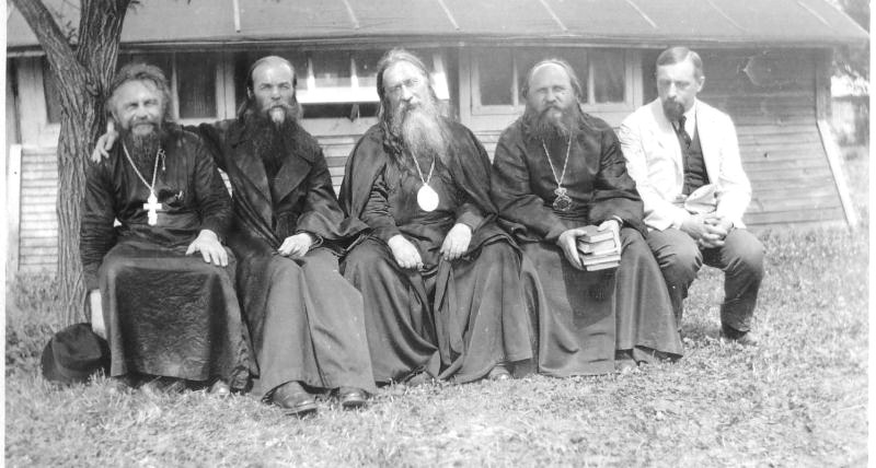 Erzbischof Evlogij (mitte),Vater Bulgakov (erster links), Kartaschew (erster rechts) 1926