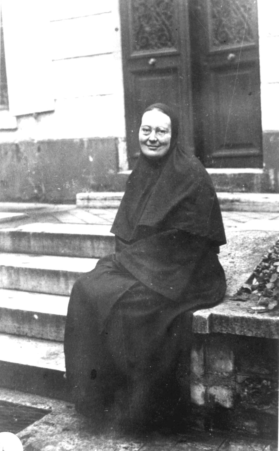 Hl.Mutter Maria von Paris vor der Kirche in Rue du Lourmel in Paris