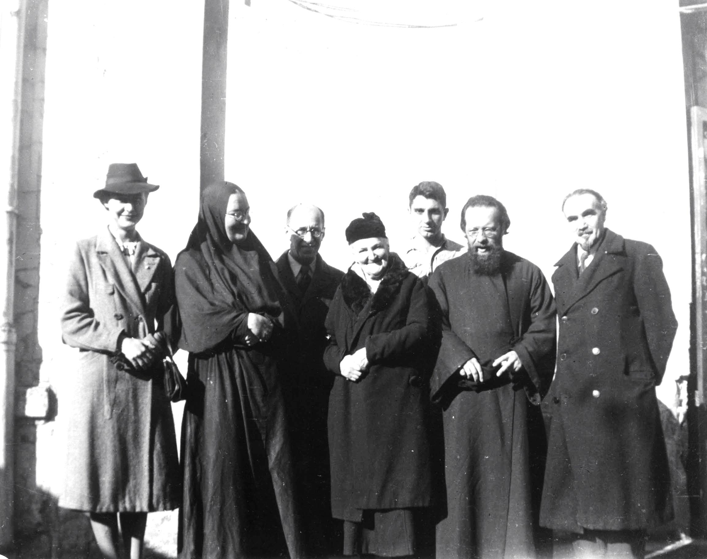 Mutter Maria und  Vater Dimitrij Klepinin vor der Kirche in Rue du Lourmel in Paris